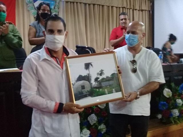Doctor e internacionalista Yerian Delgado jumto al Héroe de la República de Cuba Gerardo Hernández Nordelo