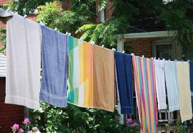 Colgar de adentro hacia afuera y separada te ayudará a secar tu ropa en esta estación del año