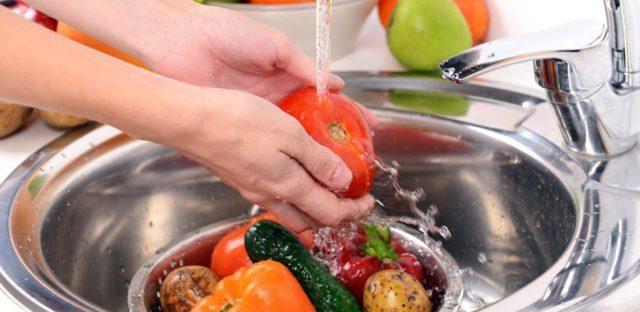 Es importante lavar los alimentos antes de ingerirlos