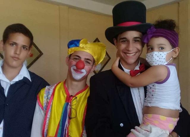En el extremo derecho con sombrero Maikel Michel Guzmán Díaz