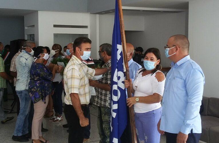 Condecoran a obreros y centros laborales de Mayabeque