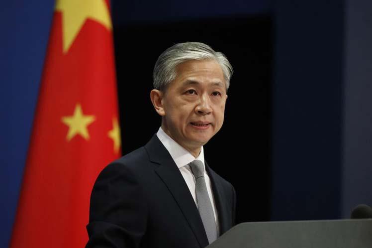 China responderá firme a trabas de Estados Unidos contra su prensa