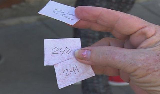 Organizan las colas, hacen listas, tickets y guardan turnos para la venta a personas que los adquieren para evitarse las colas.