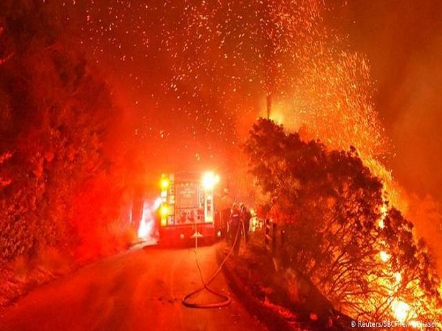 Ascienden a 23 las muertes por incendios forestales en Estados Unidos.