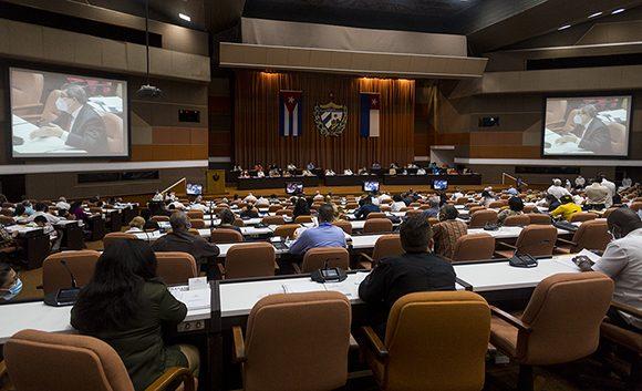 Raúl y Díaz-Canel asisten a sesión de Asamblea Nacional del Poder Popular