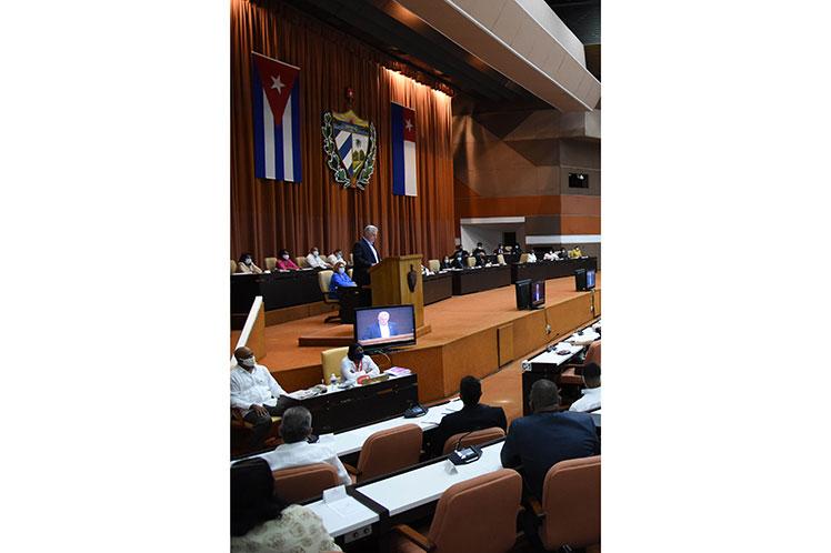 Miguel Díaz-Canel aprovechó la ocasión para rendir homenaje al comandante cubano Camilo Cienfuegos. Foto: Prensa Latina