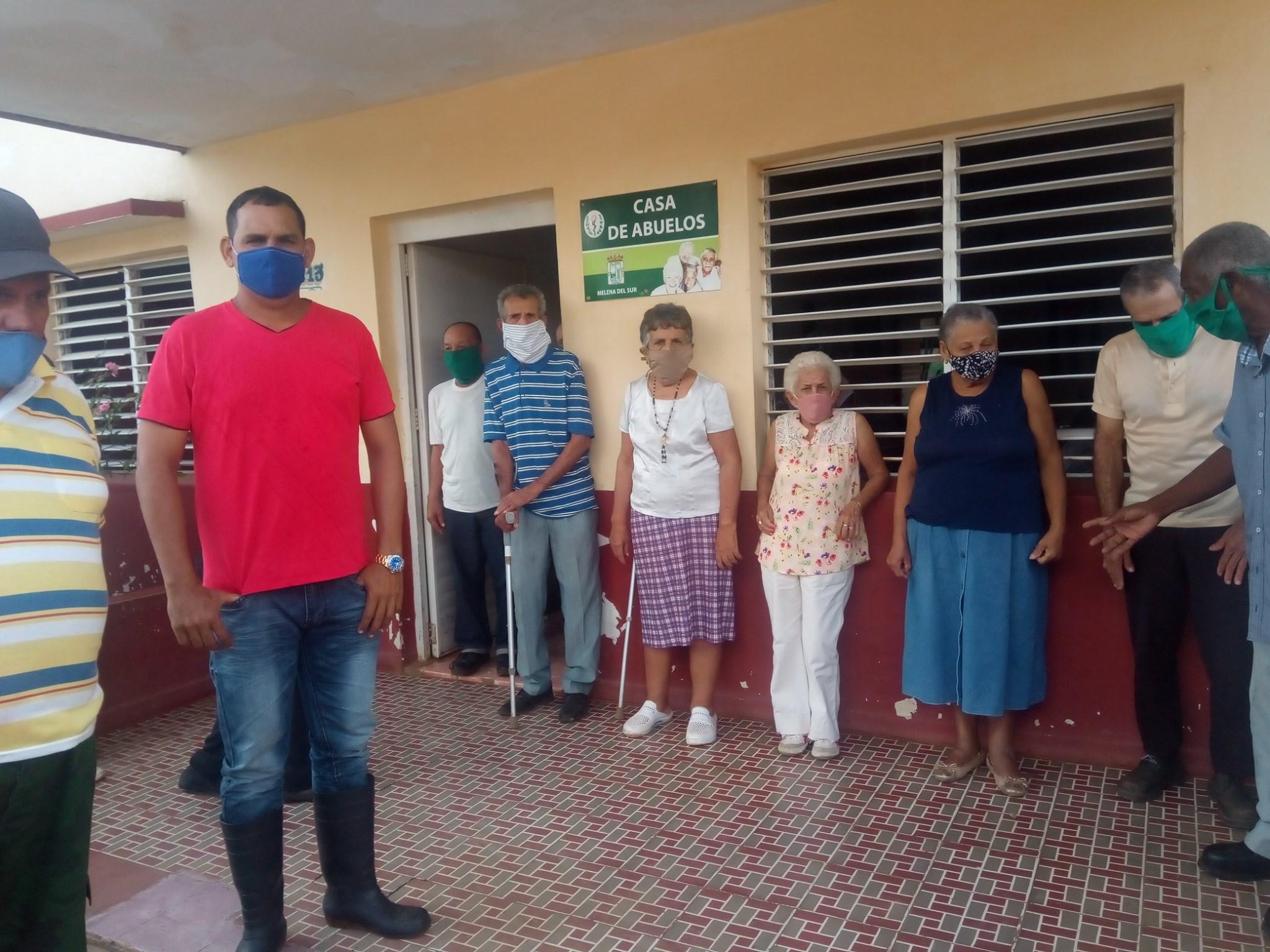 El joven productor Yoharis Chenique Valdéz en la Casa de abuelos de Melena del Sur. Foto: Cortesía de la autora