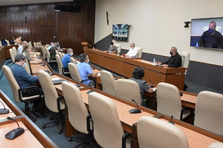 Presidente de Cuba evalúa avances de informatización en la sociedad.