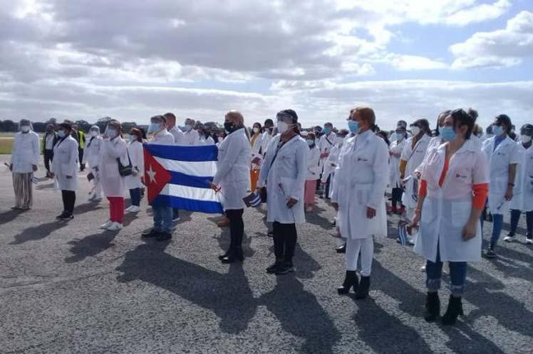 Regresan a Cuba médicos luego de enfrentar la Covid-19 en Qatar.