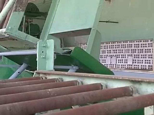 La maquinaria industrial recibe mantenimiento