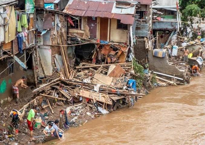 Terremoto e inundaciones en Indonesia dejan 96 muertos.
