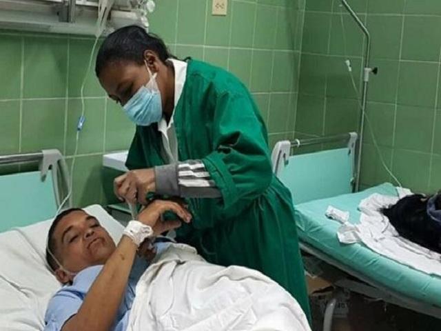 Ministra de Educación visita a maestros lesionados en accidente masivo.