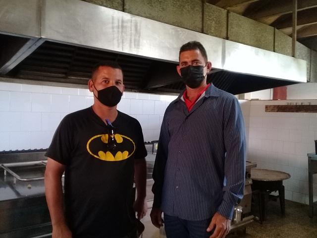 Ordanis y Yusmani, protagonistas de la donación de alimentos al centro de aislamiento de Melena del Sur.