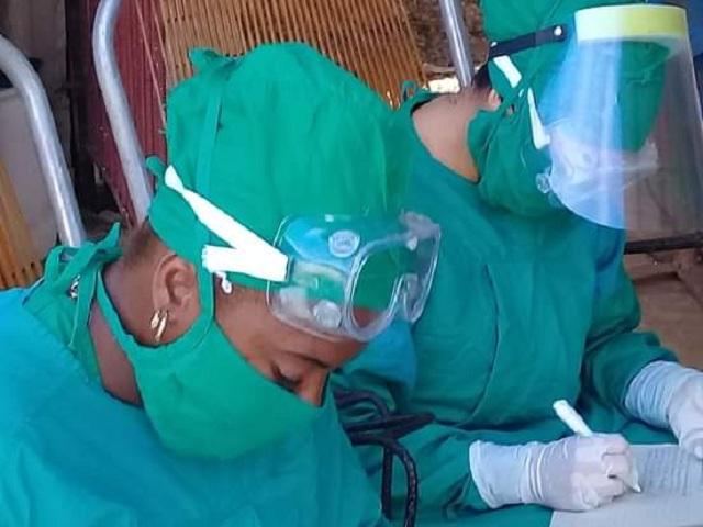 Vicedirectora de Higiene y epidemiología, Leidys Leal Trujillo (primera de izquierda a derecha)