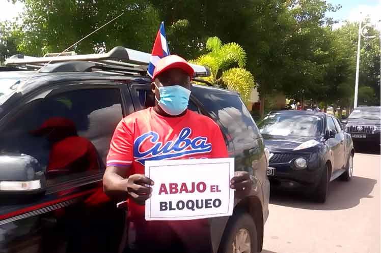 Contra el bloqueo, caravana en Luanda.