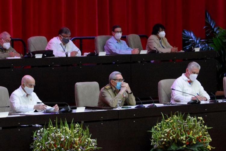 Preside General de Ejército Raúl Castro sesión plenaria del 8vo. Congreso del Partido.