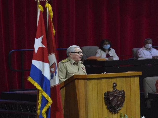 Presenta Raúl Informe Central al 8vo. Congreso del Partido Comunista de Cuba (Fotos)