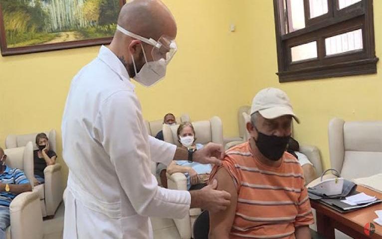 Personas con enfermedades crónicas en Cuba pueden vacunarse.