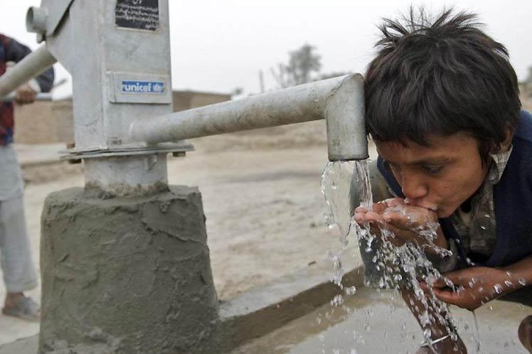 Millones de niños en peligro por falta de agua potable