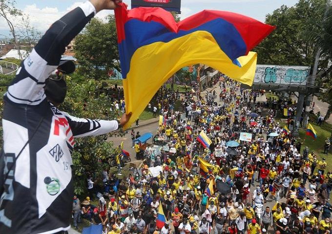 Pueblo de Colombia detiene reforma tributaria.