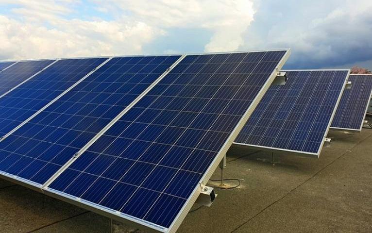China donará a Cuba cinco mil sistemas de paneles solares.