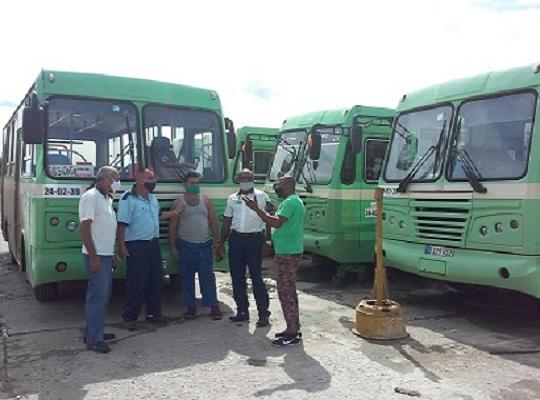 Los ómnibus permacen bajo resguardo en el terminal local.