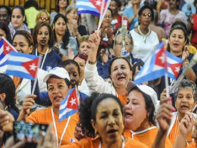 Mujeres cubanas con grandes motivaciones para celebrar el Primero de Mayo.