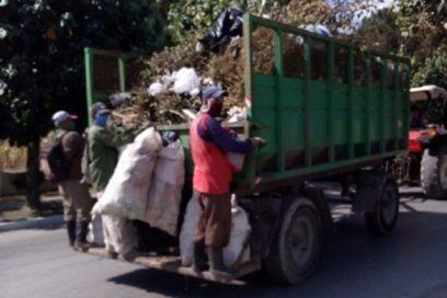La Unidad Empresarial de Base de Servicios Comunales, de Batabanó cuenta con dos tractores con carretas y un camión. Foto: Archivo