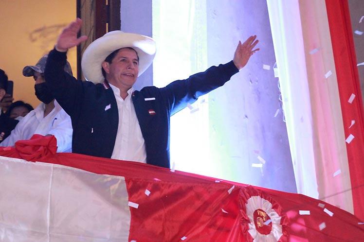 Presidente de Perú jura su cargo hoy ante la historia.