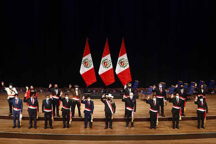 Gabinete incompleto jura ante nuevo presidente peruano Pedro Castillo
