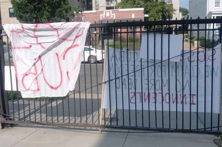 Incitaciones a violencia contra Cuba resulta en asedios a embajadas.
